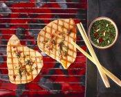 Tonno alla griglia sulla griglia del barbecue — Foto stock