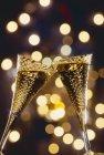 Окуляри ігристого вина, будучи clinked — стокове фото
