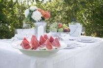 Rebanadas de sandía servidas en el plato en la mesa de banquete - foto de stock