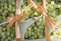 Зеленый виноград с луками — стоковое фото
