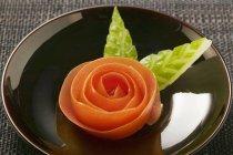 Primo piano vista di pomodoro rosa e foglie di cetriolo intagliato — Foto stock