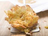 Primo piano di rosti di patate fritte sulla spatola — Foto stock