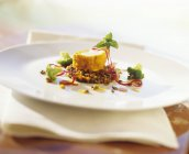 Monaco-pesce fritto su letto di lenticchie — Foto stock