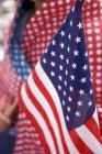 Recorta la vista del titular de bandera americana - foto de stock