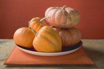 Zucche arancioni sulla piastra — Foto stock