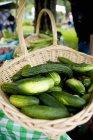 Panier de concombres au marché — Photo de stock