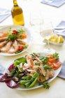 Vista elevata di frutti di mare assortiti antipasti e vino bianco — Foto stock