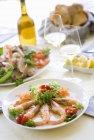 Gamberi fritti con insalata — Foto stock