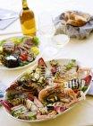Platte mit gegrilltem Fisch und Gemüse — Stockfoto