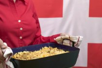 Frau Portion Käse Nudelauflauf — Stockfoto