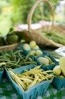 Желтый воск и зеленые бобы — стоковое фото