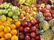 Vari tipi di frutta in casse — Foto stock