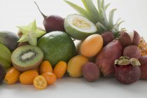 Екзотичні фрукти в купи — стокове фото