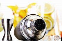 Vista del primo piano di bagnato shaker con frutta su priorità bassa — Foto stock