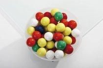 Крупным планом вид цветной жевательная резинка шаров в миске — стоковое фото