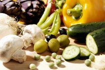 Свежие овощи и грибы на белой поверхности — стоковое фото
