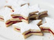Estrelas biscoitos no prato — Fotografia de Stock