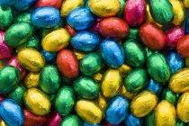 Яйца в цветной фольге — стоковое фото