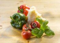 Pomodori con peperoni e parmigiano — Foto stock