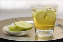 Cider with apples slices — Stock Photo
