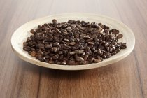 Piatto di caffè torrefatto in grani — Foto stock