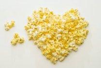 Corazón de palomitas en blanco - foto de stock