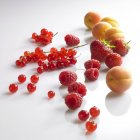 Bayas rojas y albaricoques - foto de stock