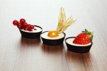 Drei Schokofruchtkuchen — Stockfoto