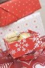 Biscoitos e bauble Natal — Fotografia de Stock