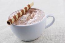 Rolo de chocolate quente com bolacha — Fotografia de Stock