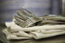Detailansicht der Gabeln Heap auf Stoff-Servietten — Stockfoto