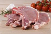 Braciole di maiale fresco con pomodorini — Foto stock