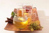 Трав'яні чаї у чайних чашках — стокове фото