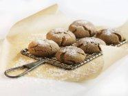 Biscotti di melassa su Rack di raffreddamento — Foto stock