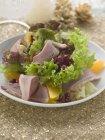 Hojas de ensalada con pato - foto de stock