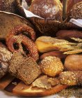 Хлеб булочки на деревянный стол — стоковое фото
