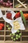Varios tipos de verduras y especias en caso de tipo de madera - foto de stock