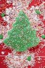 Galleta de árbol de Navidad con salpicaduras de colores - foto de stock