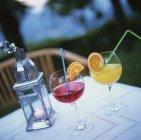 Dois sucos diferentes, em copos — Fotografia de Stock
