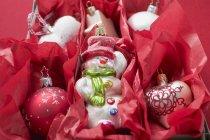 Різдвяні прикраси в червоний папір — стокове фото