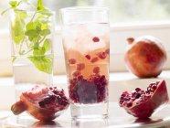 Vodka con granadina y semillas de granada - foto de stock