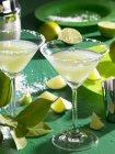 Margaritas mit gesalzenem Felge und Scheiben von Kalk — Stockfoto