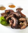 Costine di maiale barbecue con salse — Foto stock