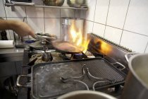 Flamme de tir pendant la cuisson — Photo de stock