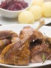 Anatra arrosto nel piatto — Foto stock