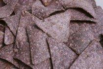Синий кукурузные чипсы — стоковое фото