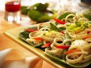 Fritto di verdure con pasta linguine — Foto stock
