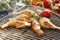 Muslos de pollo a la parrilla con Romero - foto de stock