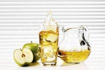 Яблочный сок в стекле и стеклянном кувшине — стоковое фото