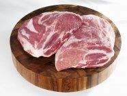 Trozos de cuello de cerdo crudo - foto de stock